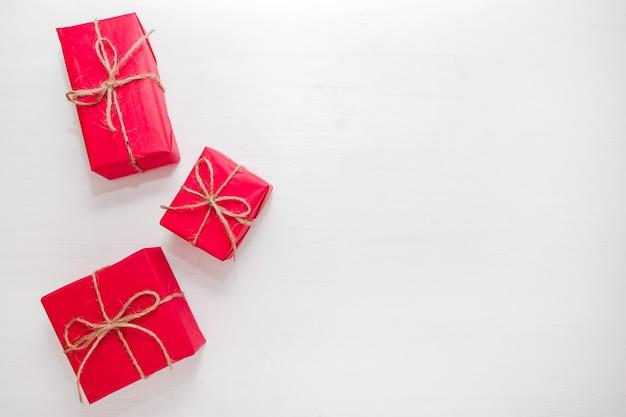 Weihnachtszusammensetzung mit roten kästen, geschenken und geschenken. flach legen ferienkonzept.