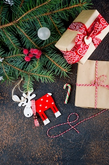 Weihnachtszusammensetzung mit santa claus, handwerksgeschenken und lichtern