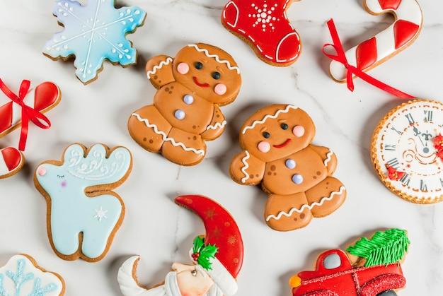 Weihnachtszusammensetzung mit selbst gemachten bunten lebkuchenplätzchen