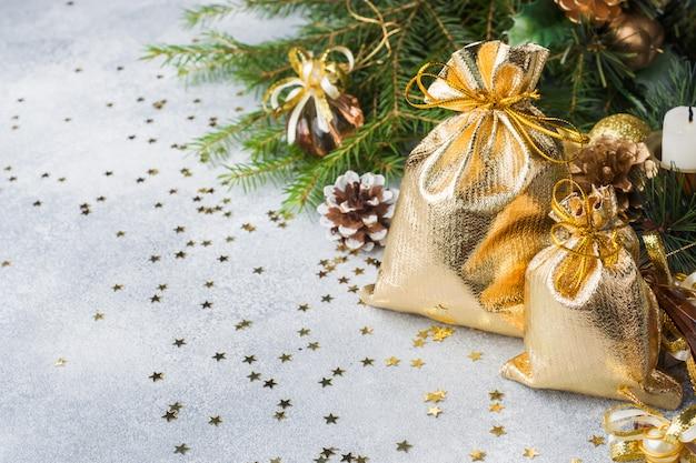 Weihnachtszusammensetzung mit spielwaren und niederlassungen