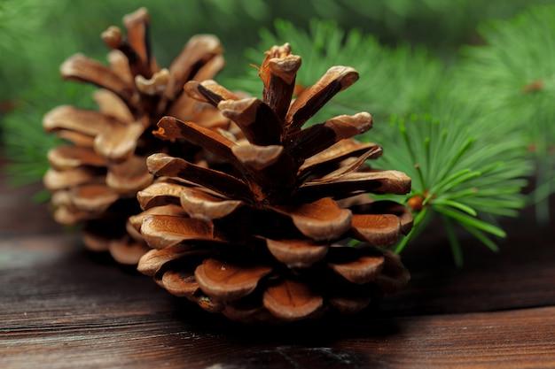 Weihnachtszusammensetzung mit tannenbaumasten auf holztisch.