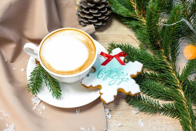 Weihnachtszusammensetzung mit tasse kaffee, kiefer, tannenzweig und lebkuchen
