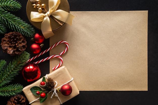 Weihnachtszusammensetzung mit verzierungen