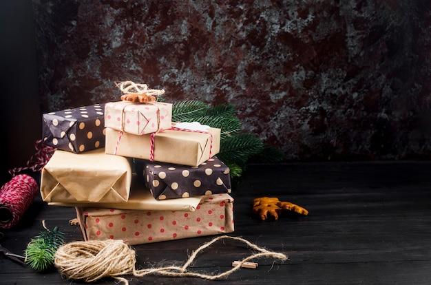 Weihnachtszusammensetzung mit vielen handwerksgeschenkboxen für niederlassungen feiertagskonzepthintergrund