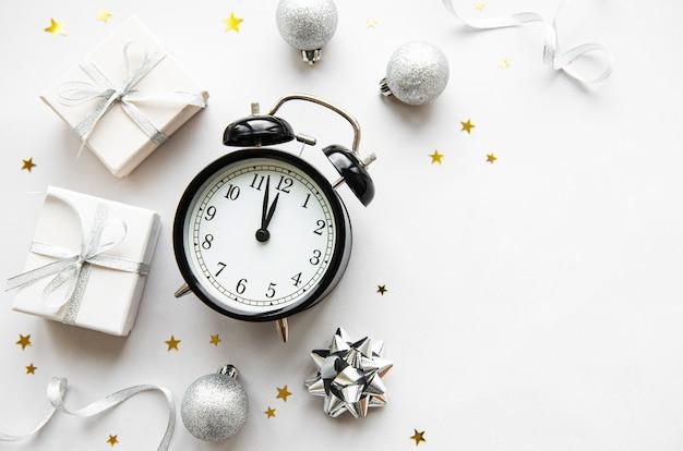 Weihnachtszusammensetzung mit wecker und dekorationen