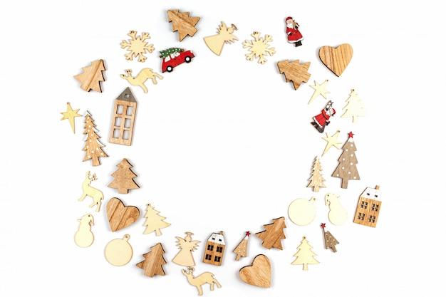 Weihnachtszusammensetzung mit weihnachtsdekorationen über dem weißen hintergrund