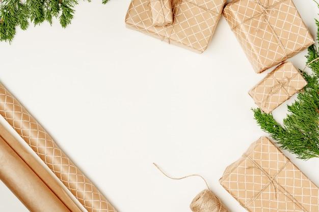 Weihnachtszusammensetzung mit weihnachtsgeschenk. draufsicht, flache lage, kopienraum