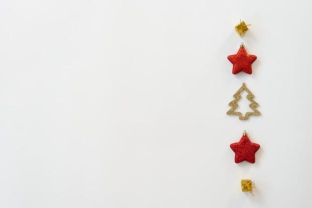 Weihnachtszusammensetzung. muster mit weihnachtsbaum spielt auf einem weißen hintergrund. flache position, draufsicht, copyspace