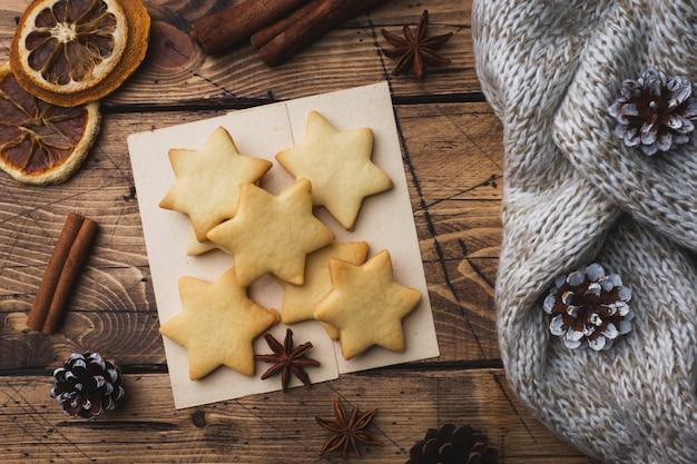 Weihnachtszusammensetzung, plätzchen der heißen schokolade, kiefernzweige, zimtstangen, anissterne.