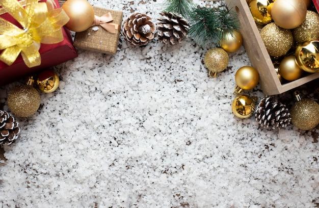 Weihnachtszusammensetzung und weihnachtsgeschenke auf schneeflockenhintergrund.