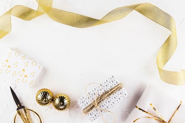 Weihnachtszusammensetzung von geschenken mit band