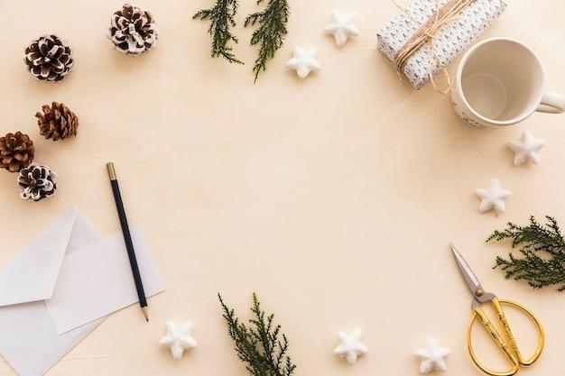 Weihnachtszusammensetzung von grünen niederlassungen mit kegeln