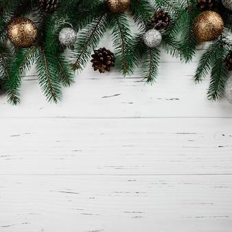 Weihnachtszusammensetzung von grünen Tannenbaumasten