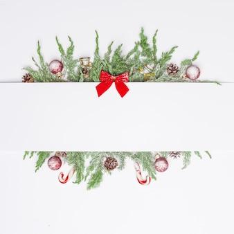 Weihnachtszusammensetzung von nadelbäumen, von dekorationen und von bonbons. flach liegen. draufsicht natur-neujahrskonzept. kopieren sie platz.