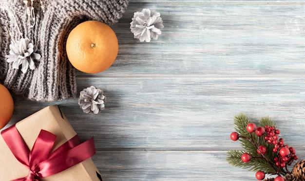 Weihnachtszusammensetzung von orangenzapfen und einer geschenkbox platz für den test