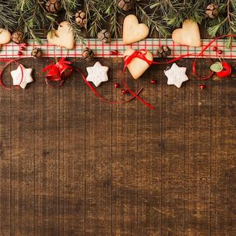 Weihnachtszusammensetzung von plätzchen mit kegeln
