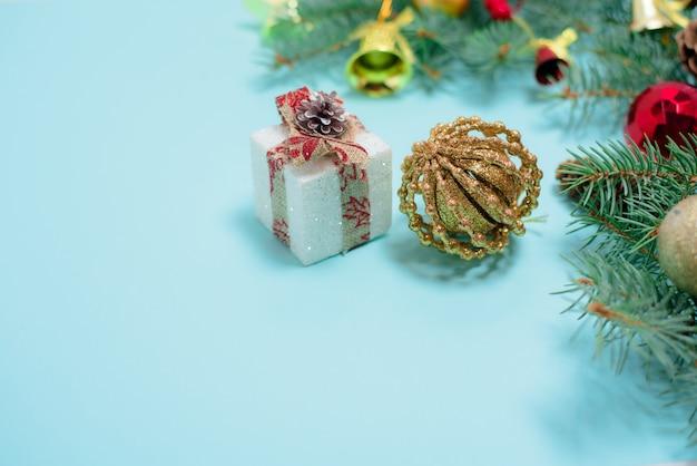 Weihnachtszusammensetzung von weihnachtsspielwaren, von süßigkeit und von fichtenzweigen