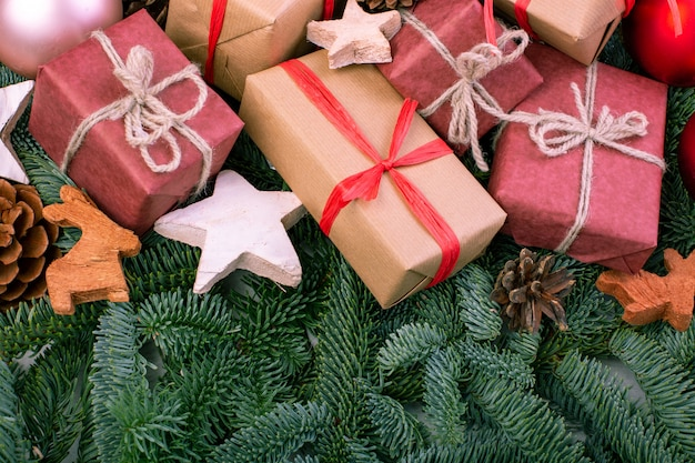 Weihnachtszusammensetzung. weihnachtsdekorationen, tannenbaumaste mit spielwarengeschenkboxen. grußkarte. flache lage, draufsicht, kopienraum