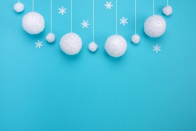 Weihnachtszusammensetzung winter hintergrund schneefall von weißen kugeln blauem hintergrund