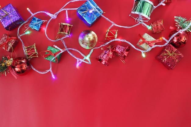Weihnachtszusammensetzungsdekoration auf dem roten boden draufsicht und haben kopienraum.