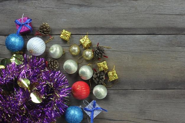 Weihnachtszusammensetzungsdekoration auf woodden boden draufsicht und haben kopienraum.