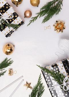 Weihnachtszusammensetzungshintergrund mit dekorationen und geschenkbox