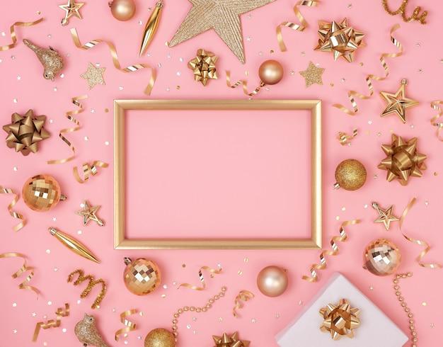 Weihnachtszusammensetzungsrahmen mit dekorationen und geschenkbox mit goldenen bögen und sternkonfettis