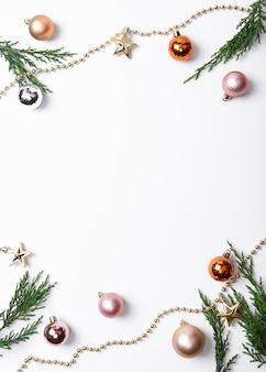 Weihnachtszusammensetzungsrahmen mit dekorationen und weihnachtsball
