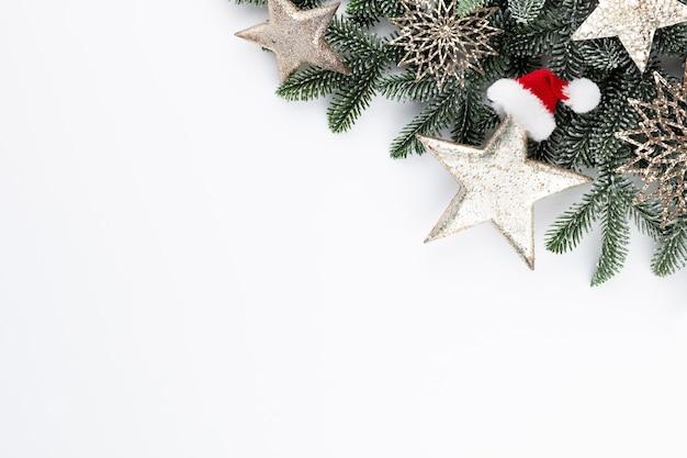 Weihnachtszusammensetzungstannenbaumzweige auf weißem hintergrund.