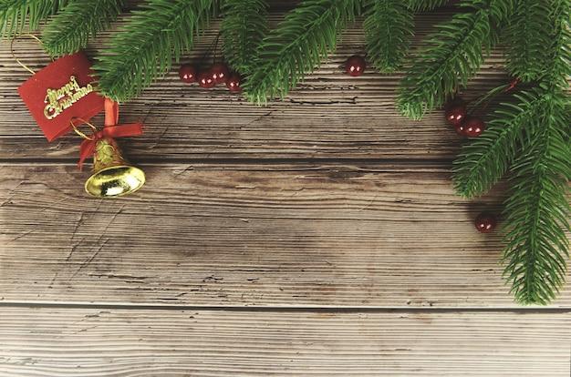 Weihnachtszusammensetzungstannenzweige und rote beeren, weihnachtsdekorationskiefer-festlicher weihnachtswinter und guten rutsch ins neue jahr-gegenstandfeiertag, draufsicht copyspace
