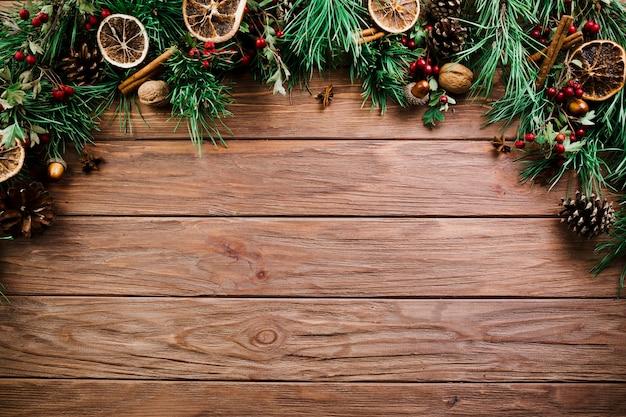 Weihnachtszweig auf hölzernem brett