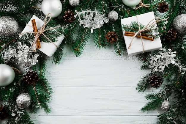 Weihnachtszweig mit anwesenden kästen und verzierungsbällen