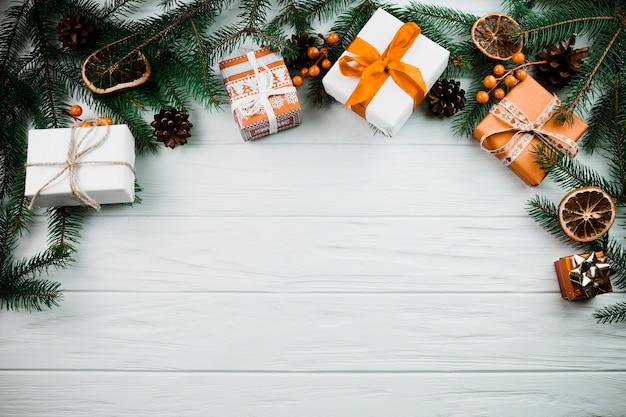 Weihnachtszweig mit anwesenden kästen