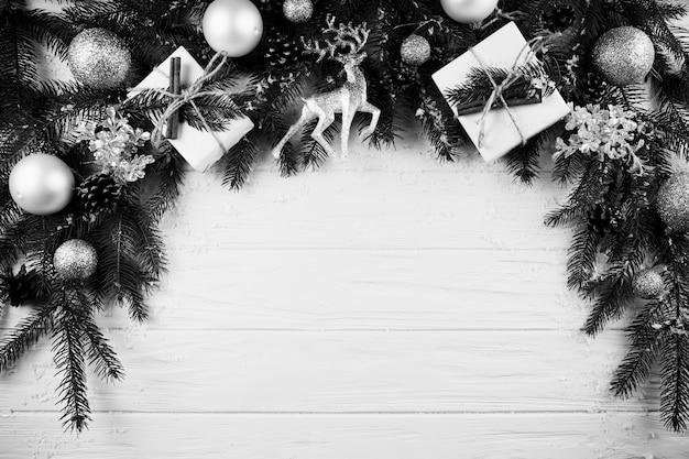 Weihnachtszweig mit kästen, rotwild und verzierungsbällen
