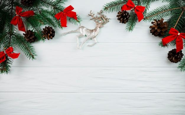 Weihnachtszweig mit rotwild und bögen