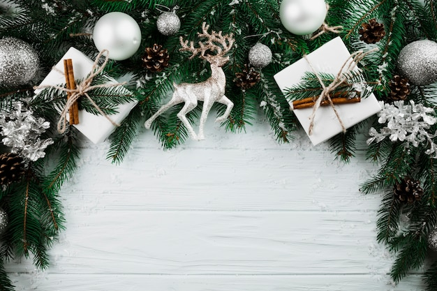 Weihnachtszweig mit silbernen rotwild und anwesenden kästen