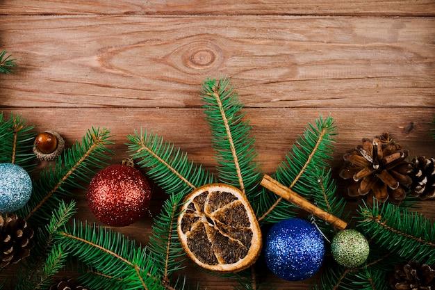 Weihnachtszweig mit verzierungsbällen und trockener zitrone