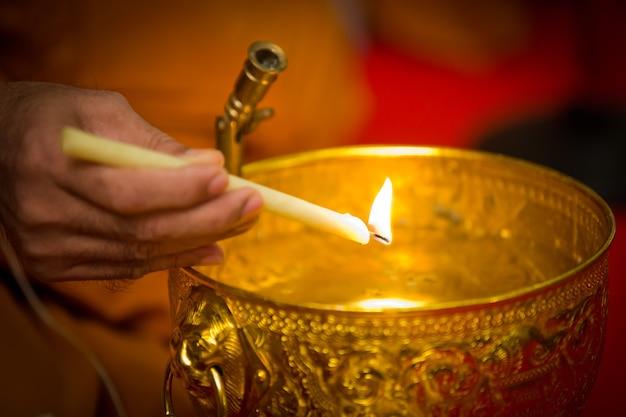 Weihwasser, die mönche und religiöse rituale in der thailändischen zeremonie