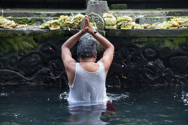 Weihwasser im tempel bali