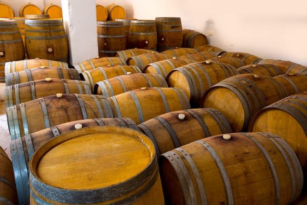 Wein aus holz eichenfässern in weingut
