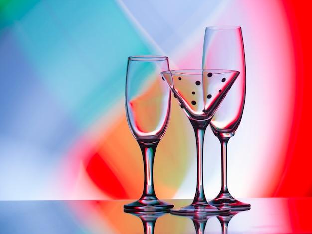 Wein, champagner und cocktailgläser