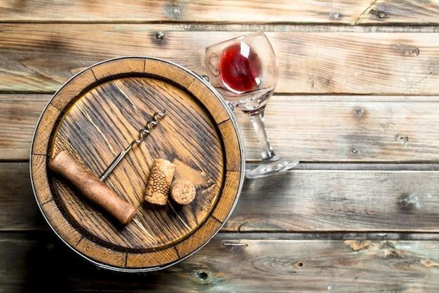 Wein. fass rotwein. auf einem holz.