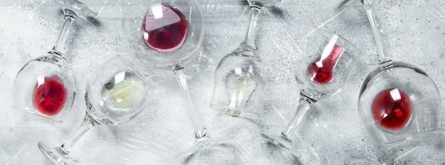 Wein. gläser rot- und weißwein rustikal.