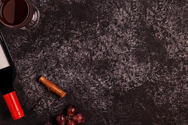 Wein, gläser, trauben und korkenzieher über stein