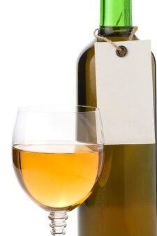 Wein im glas und preisschild isoliert auf weißem hintergrund