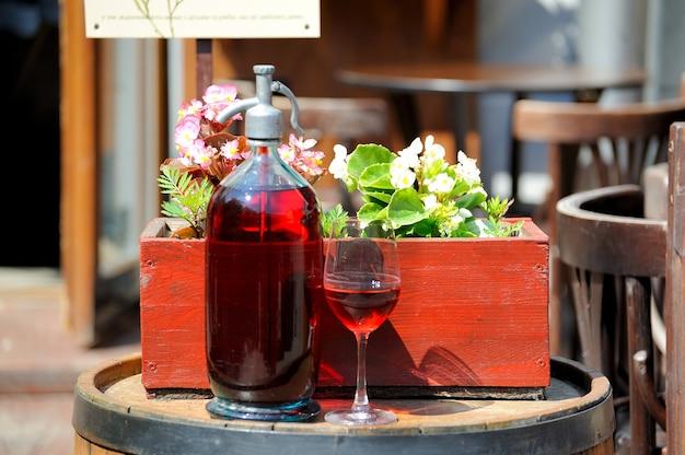 Wein in alten flaschen auf einem fass