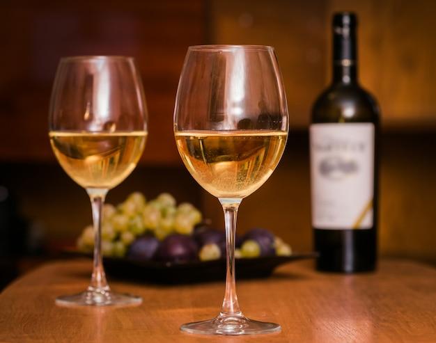 Wein in den gläsern mit trauben.