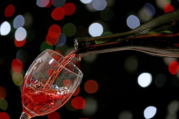 Wein in glas gießen