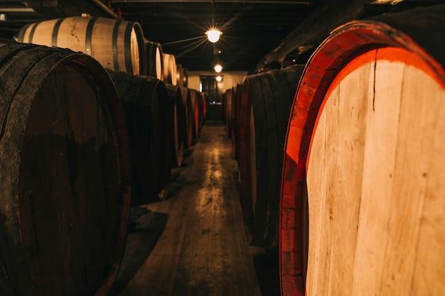 Wein in holzfässern zur reifung im keller gelagert