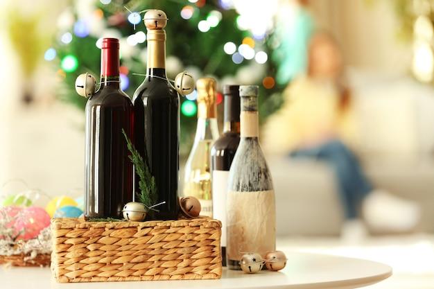 Wein in weidenkiste und weihnachtsdeko in einem raum